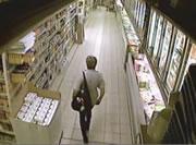 スーパーで大胆にうんこする女性
