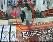 中国 階段で突き落とす女性