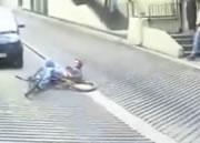 階段で自転車ジャンプ失敗