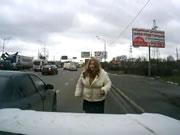 車に接触されケリを入れまくる女性