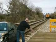 線路上で止まってしまった車に機関車が衝突!・・・と思ったら