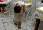 器用に椅子に登る赤ちゃん