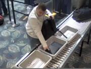 空港の荷物検査でロレックスを持ち逃げする男