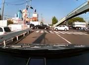交差点で車に接触されたバイクが転倒し自転車が突っ込む