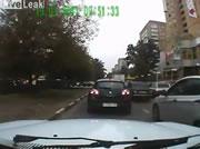 車に幅寄せされてサイドミラーを折って逃げる自転車男