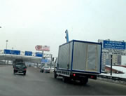 ハイウェイでトラック事故