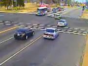 交差点事故 トラックに突っ込む乗用車