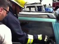 手袋を嵌めた手だけで車の窓ガラスを割る男
