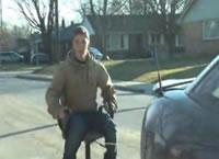 椅子を車で引っ張るがすぐに転倒