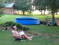 プールを拳銃で撃つおじいちゃん