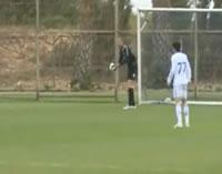 キーパーが蹴ったボールが風で戻されてゴール!