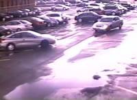 竜巻が駐車場を通過する映像