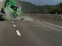 高速でトラックと乗用車の追突事故
