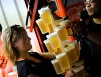 ウ一度に20個の生ビールを運ぶウェイトレス