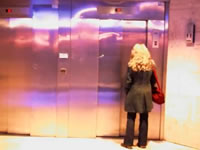 エレベーターでイタズラ