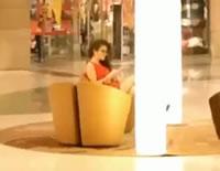 女性に見とれて椅子につまずく男