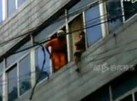 中国 飛び降りようとする男を阻止