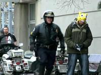 警官の前に立ちションのフリをしてみる