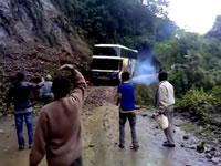 ぬかるんだ山道でバスが転落