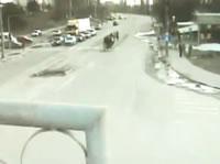 中央分離帯で信号待ちする人の列に車が突っ込む