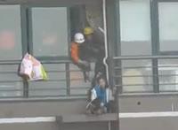 飛び降りようとする女性をビル内に引き入れる