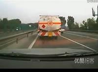 山積みトラック横転