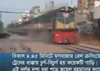 踏切内で止まっている車に機関車が衝突