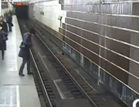 電車進入を見て線路に飛び降りる女性