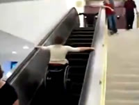 車椅子の男性が一人でエスカレーターに乗ろうとして転落