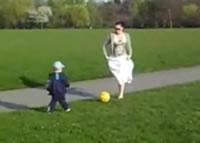 ママが蹴ったボールがチビちゃんの顔面直撃