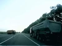 トラックが脇から出てきてあわや正面衝突を回避
