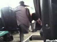 バスで熟睡して床に落ちる男性