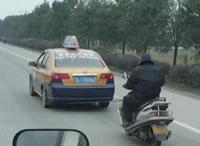 タクシーに牽引してもらうバイク