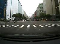 赤信号で反対車線に出て信号無視しようとする車にバイクが激突