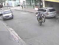 アクセル操作ミス(?)で自爆するバイク