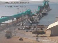 大型船が停泊中の船に衝突事故