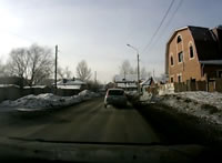 道路脇に盛られた雪に激突する車