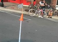 自転車レースでゴール寸前で転倒