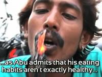 焼けた炭を食べる男