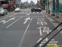 左折するタクシーに2台のバイクが衝突事故