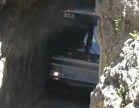 幅ギリギリのトンネルを通るバス