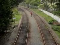 線路内を歩いていたら上下線の列車が来ちゃった