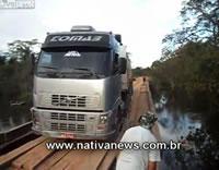 トレーラーがボロい橋を渡りきる寸前に橋が崩れる