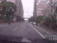 左折する車にバイクが衝突