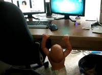 テーブルの上が気になって懸垂を続ける赤ちゃん