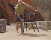 椅子で一回転する男