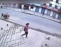 中国 歩道が突然陥没し穴に転落