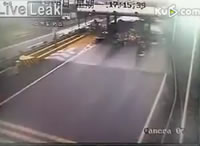 料金所に激しく突っ込むトラック