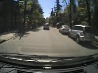 道の真ん中のマンホールが取られて穴に嵌って横転事故