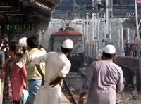 線路に捨てられたゴミを舞上げて通過する列車